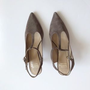 Andre Assous Olenna T-Strap Pump in Brown size 9